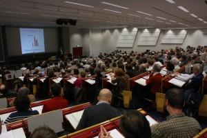Hörsaal mit rund 300 Menschen